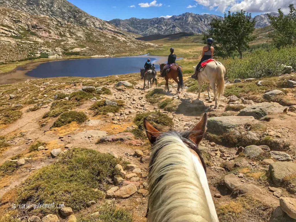 Le lac de Nino à cheval